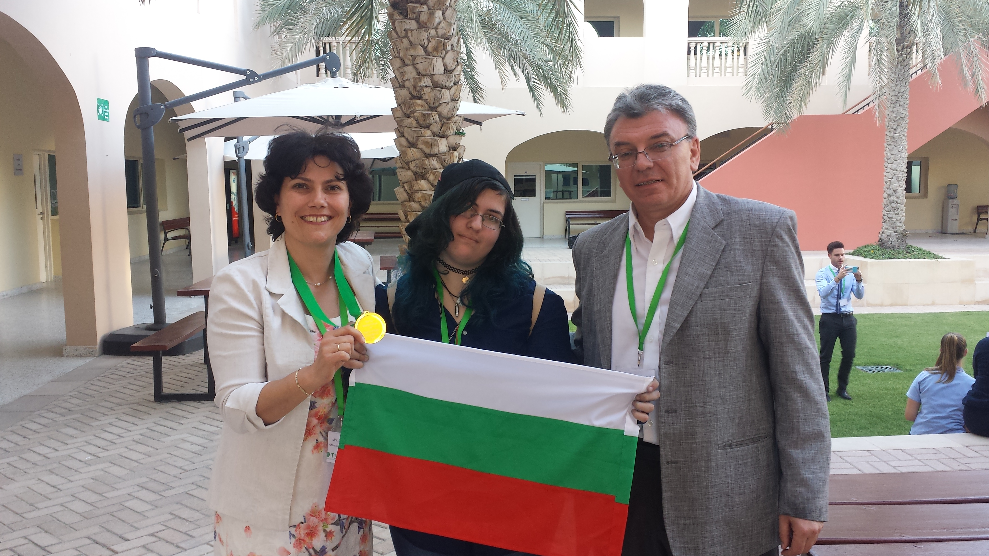 """Ученици от 128 СОУ """"Алберт Айнщайн"""" печелят медал на състезание за есе на английски език в Дубай (видео)"""
